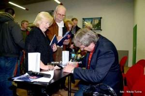 Dino Đelmo potpisuje knjigu
